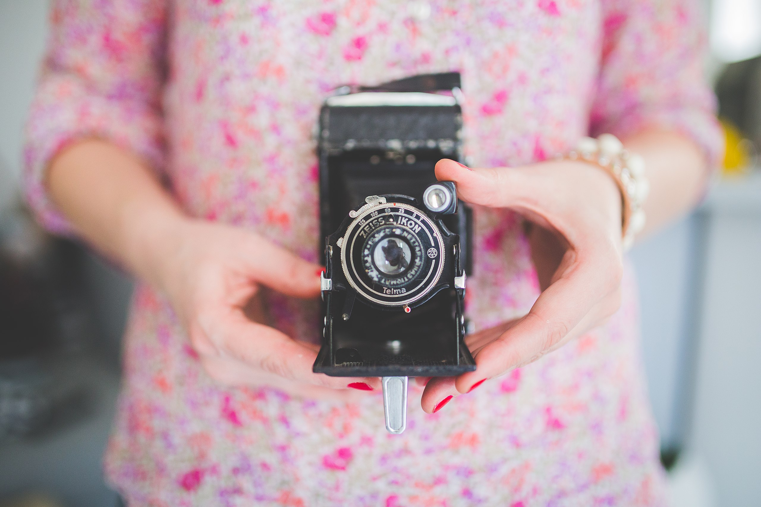 hands-woman-camera-girl-large